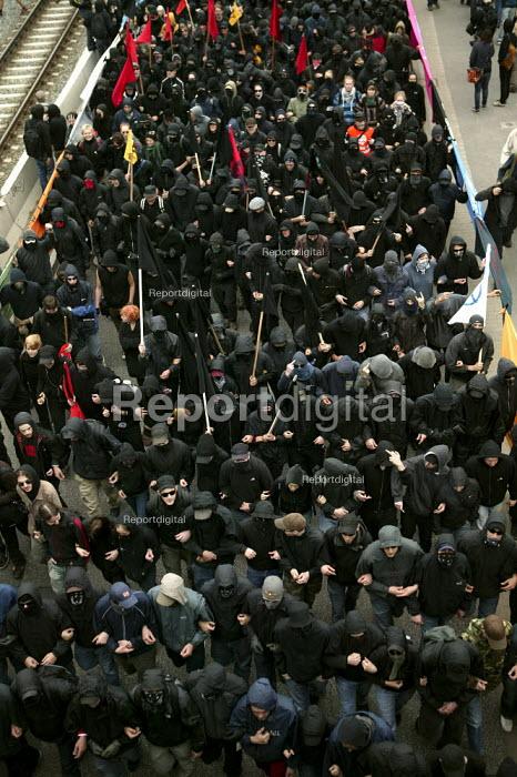 Anarchist black bloc. Protests at the G8 summit in Heiligendamm, Rostock, Germany. - Jess Hurd - 2007-06-02