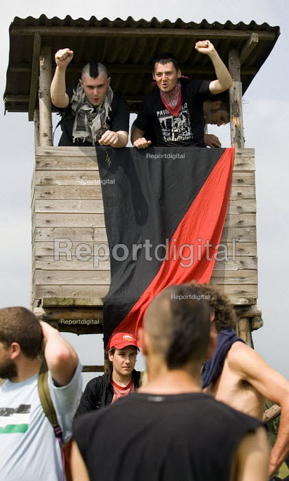 Anarchists seize a watchtower. Block G8 protests at the G8 summit in Heiligendamm, Rostock, Germany. - Jess Hurd - 2007-06-06