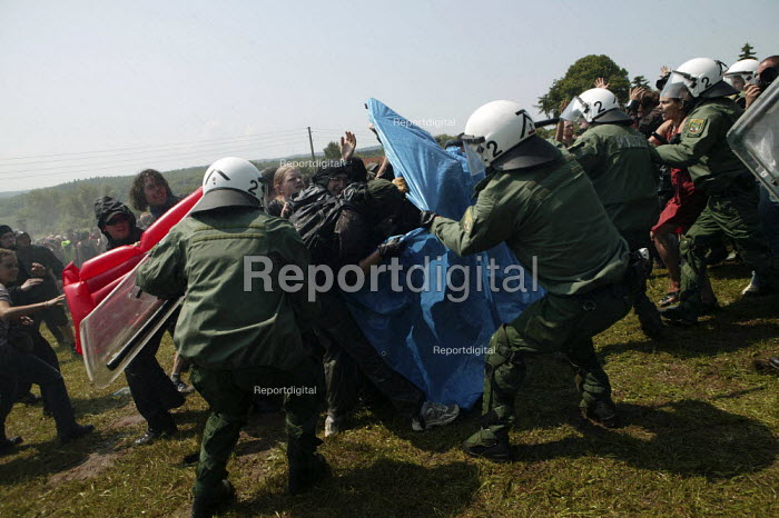 Demonstrators get attacked by the police. G8 summit protests in Heiligendamm, Rostock, Germany. - Jess Hurd - 2007-06-07
