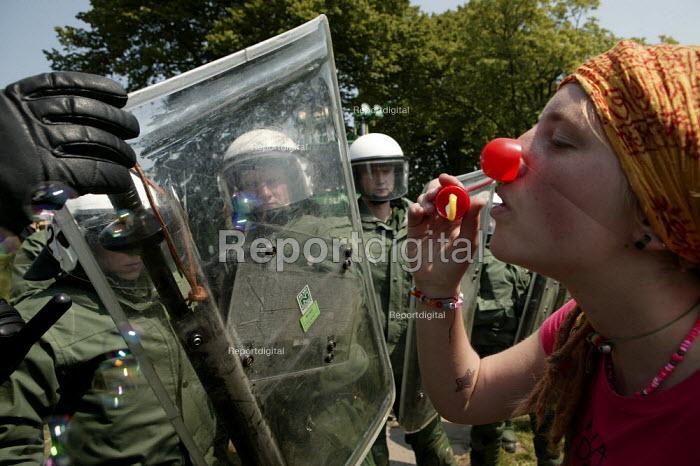 Demonstrators and police. G8 summit protests in Heiligendamm, Rostock, Germany. - Jess Hurd - 2007-06-07