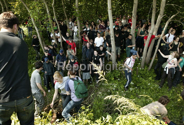 Protesters make their way to the fence surrounding the G8 summit. Heiligendamm, Rostock, Germany. - Jess Hurd - 2007-06-06