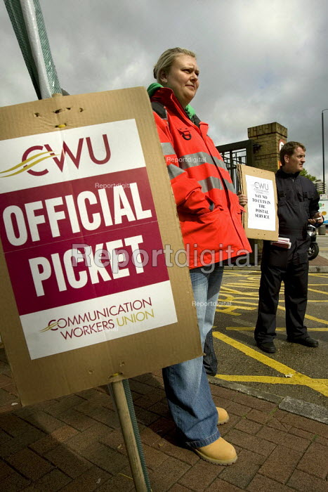 CWU postal workers strike in a dispute over, pay, pensions and job losses. Docklands Delivery Office, East London E14. - Jess Hurd - 2007-06-29