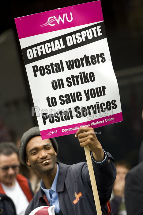 CWU postal workers strike in a dispute over, pay, pensions and job losses lobby Royal Mail HQ. London. - Jess Hurd - 2007-07-13