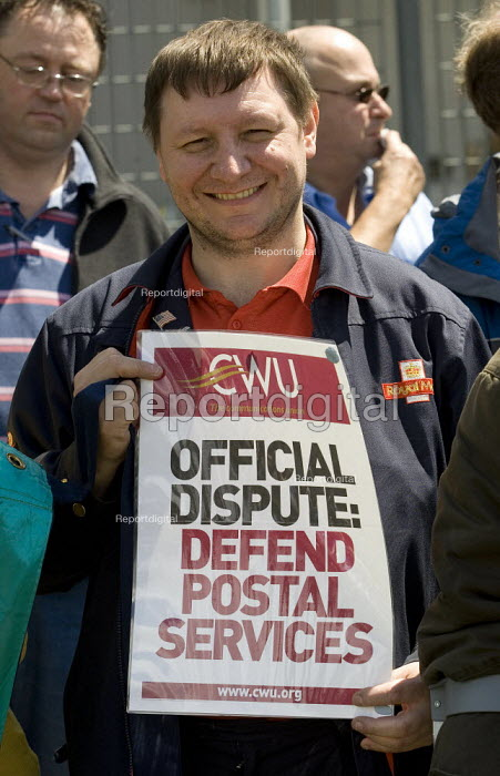 CWU postal workers strike in a dispute over, pay, pensions and job losses. East London Mail Centre, Bow Locks, Tower Hamlets. - Jess Hurd - 2007-06-29