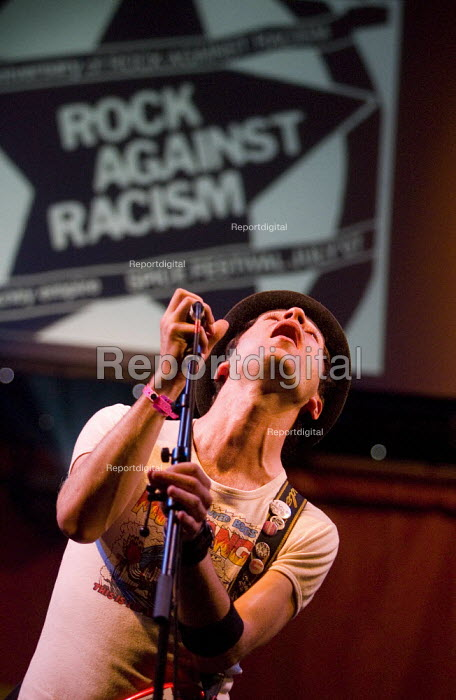 Toy Gun celebrates 30 years of Rock Against Racism. Love Music Hate Racism Gig. Spice Festival. Hackney Empire, London. - Jess Hurd - 2007-07-19