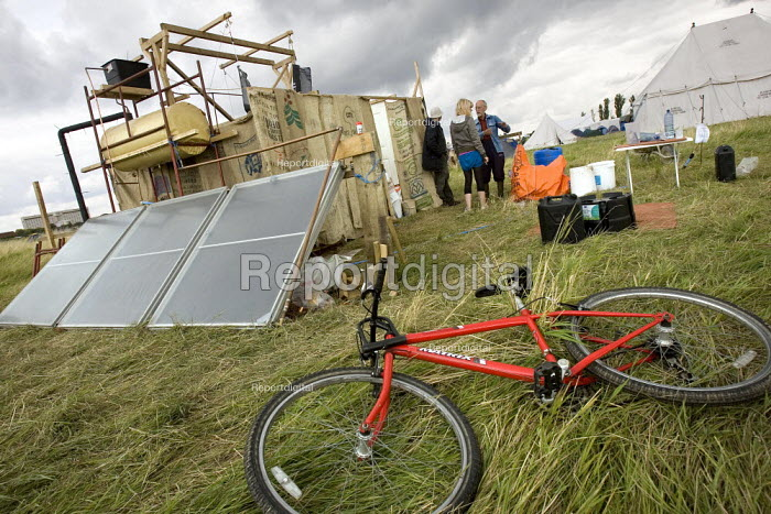 Solar Showers at the Camp for Climate Action at Heathrow, the world's busiest airport and a big source of CO2 emissions. London. - Jess Hurd - 2007-08-17