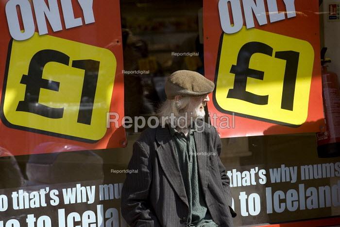 Elderly man sits outside Iceland supermarket, Watney Market, Tower Hamlets, East London. - Jess Hurd - 2007-08-11