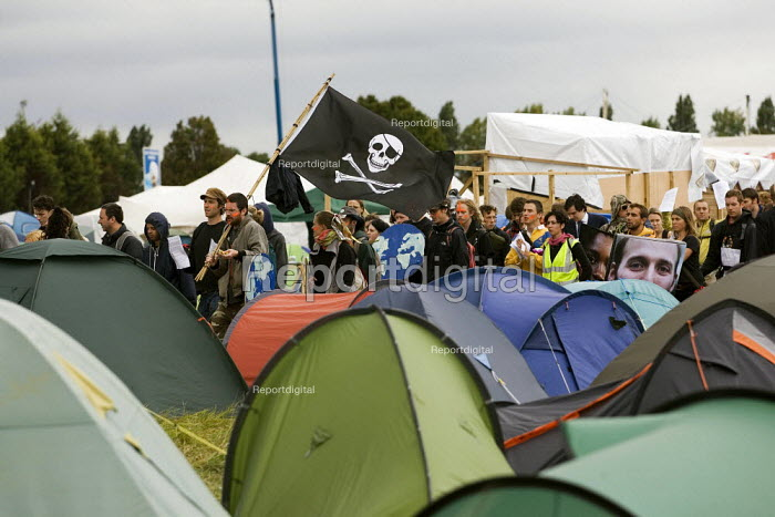 24hrs of mass action at Camp for Climate Action at Heathrow, the world's busiest airport and a big source of CO2 emissions. London. - Jess Hurd - 2007-08-19