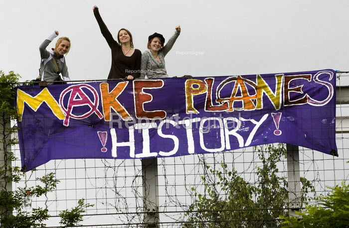 Make Planes History banner. 24hrs of mass action at Camp for Climate Action at Heathrow, the world's busiest airport and a big source of CO2 emissions. London. - Jess Hurd - 2007-08-19