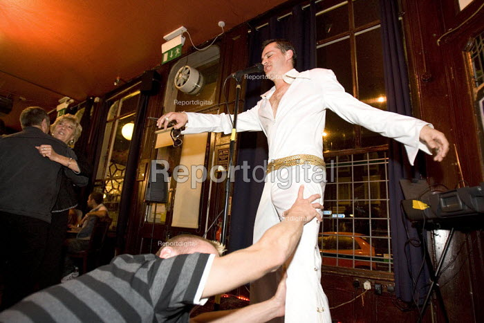 Elvis Presley tribute act in an East End pub, London. - Jess Hurd - 2007-08-18