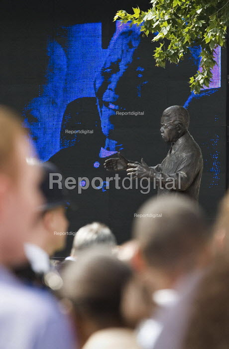 Statue of Nelson Mandela unveiled in Parliament Square, London. - Jess Hurd - 2007-08-29