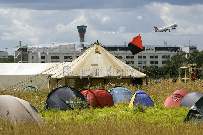 Camp for Climate Action at Heathrow, the world's busiest airport and a big source of CO2 emissions. London. - Jess Hurd - 2007-08-13