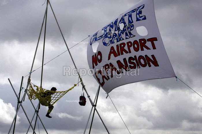 Camp for Climate Action at Heathrow, the world's busiest airport and a big source of CO2 emissions. London. - Jess Hurd - 2007-08-15