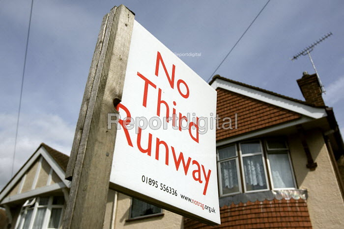 No Third Runway sign. Camp for Climate Action at Heathrow, the world's busiest airport and a big source of CO2 emissions. London. - Jess Hurd - 2007-08-17