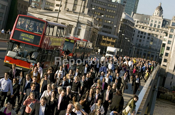 Commuters journey home on foot during the Metronet RMT strike which brought the London Underground system to a standstill. London Bridge. - Jess Hurd - 2007-09-04