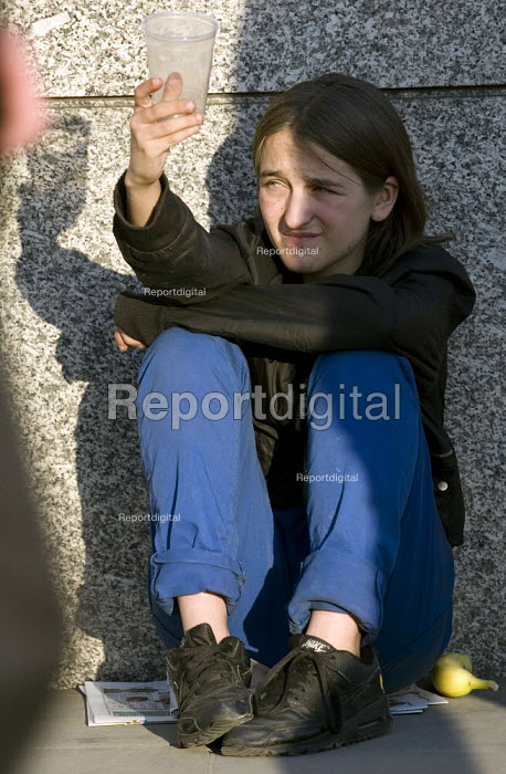 Young homeless woman begging for money to stay in a hostel for the night. London Bridge. - Jess Hurd - 2007-09-04