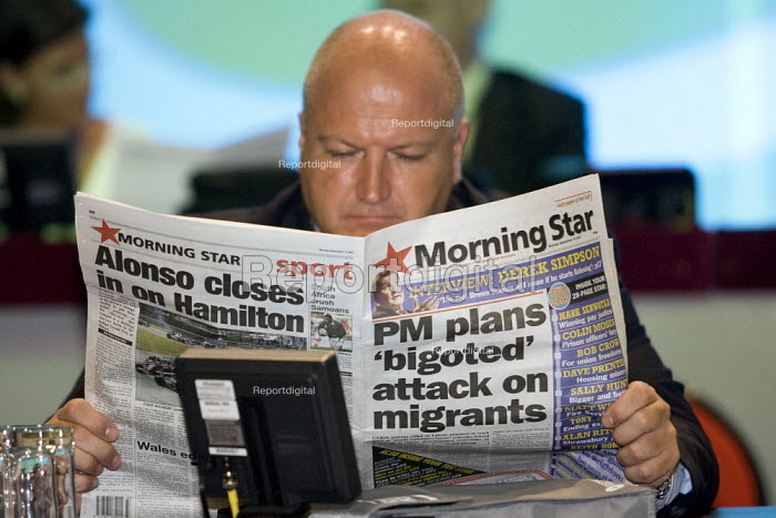 Bob Crow RMT reading The Morning Star newspaper, TUC Conference, Brighton 2007. - Jess Hurd - 2007-07-16