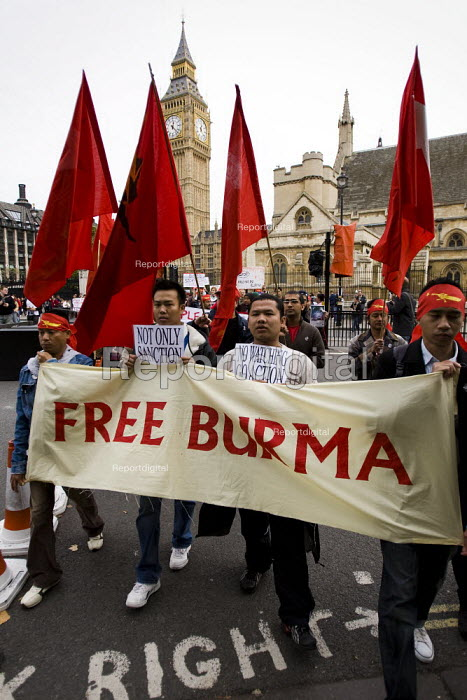 Campaigners for democracy in Burma, Parliament Square. London. - Jess Hurd - 2007-09-30