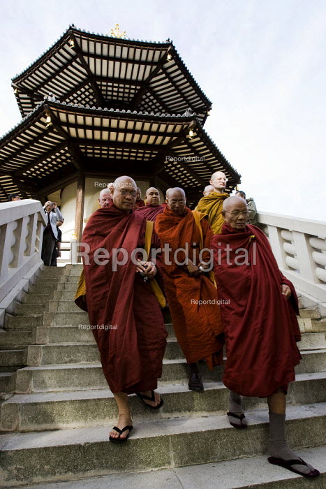 Campaigners join Buddhist monks at the Battersea Pagoda. Praying for democracy in Burma, London. - Jess Hurd - 2007-09-30