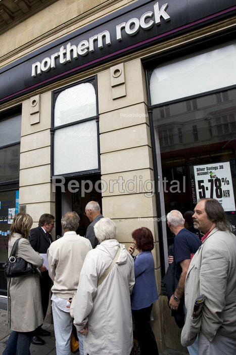 Account holders queue to withdraw their money outside Northern Rock. Brighton. - Jess Hurd - 2007-09-17