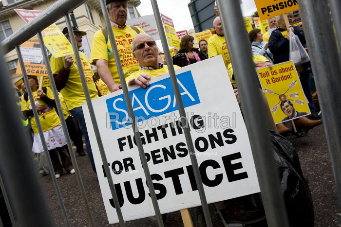 Ex employees from Dexion hold a protest about their robbed pensions outside the Labour Party Conference, Bournemouth 2007. - Jess Hurd - 2007-09-25