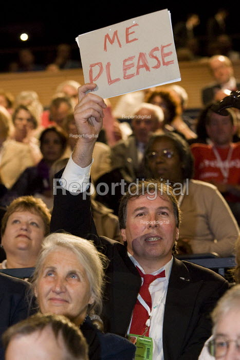 Delegate trying to speak at Labour Party Conference, Bournemouth 2007. - Jess Hurd - 2007-09-25