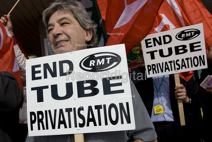 RMT delegates hold a protest against Metronet and privatisation. TUC Conference, Brighton 2007. - Jess Hurd - 2007-09-11