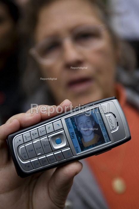 The mother of Brendan Simm holds a mobile phone with his image, murdered by guards in Wakefield Prison. United Friends and Family Campaign against deaths in police custody. London. - Jess Hurd - 2007-10-27