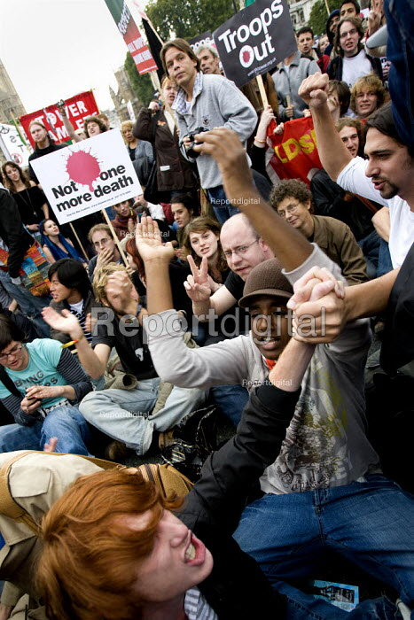 College students join Stop the War demonstration on the opening day of Parliament, London. - Jess Hurd - 2007-10-08