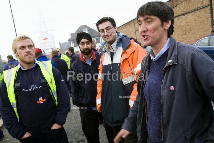 Woman CWU Rep addresses picket line meeting. CWU postal workers take unofficial strike action in a dispute over, pay, pensions and job losses. East London Mail Centre, Bow Locks, Tower Hamlets. London. - Jess Hurd - 2007-10-11