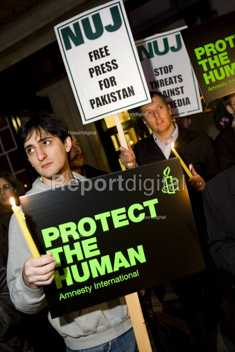 NUJ and Amnesty International demonstrate outside the Pakistan High Commission for press freedom and against political repression. London. - Jess Hurd - 2007-11-15