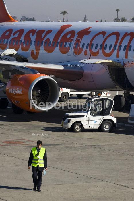 Ground sfaff prepare an Easyjet aeroplane at Marrakech Airport, Morocco. - Jess Hurd - 2008-01-14
