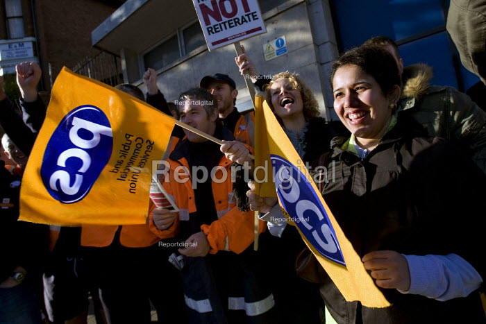PCS members support postal workers picket line in a CWU strike over pay, conditions and privatisation, Luton - Jess Hurd - 2007-10-05