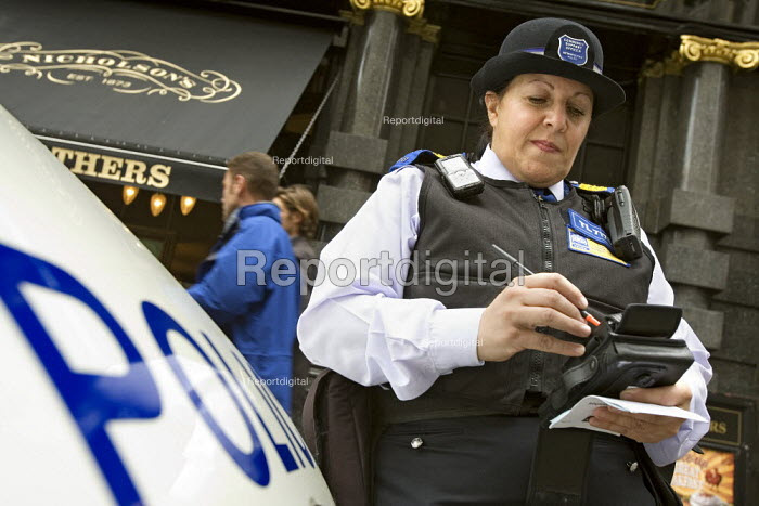 PCSO, Police Community Support Officer on traffic duty in Westminster, London. - Jess Hurd - 2007-08-24
