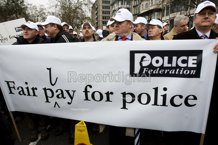 Police protest over pay and for a judicial review of its decision not to backdate officers pay awards. London. - Jess Hurd - 2008-01-23
