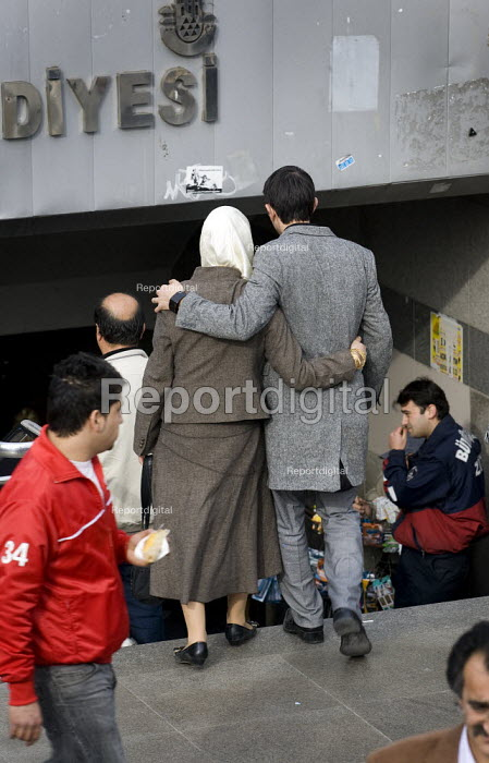 Couple on the street in Istanbul, Turkey. - Jess Hurd - 2008-03-10