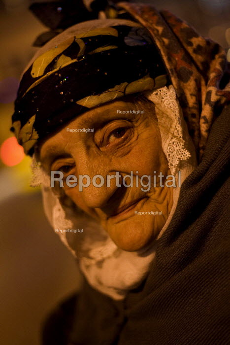 Elderly woman begs on the side of the road. Istanbul, Turkey. - Jess Hurd - 2008-03-12