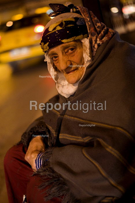 Elderly woman begs on the side of the road. Istanbul, Turkey. - Jess Hurd - 2008-03-12