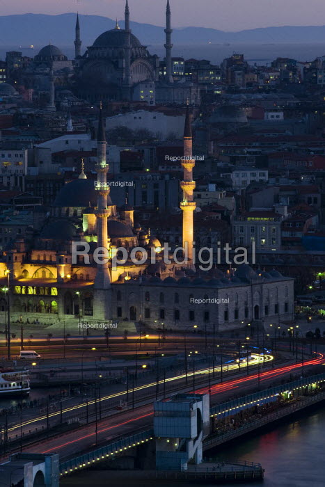 View of Istanbul with the Goldern Horn, Galata Bridge and New Mosque, Sultanamet . Turkey. - Jess Hurd - 2008-03-10