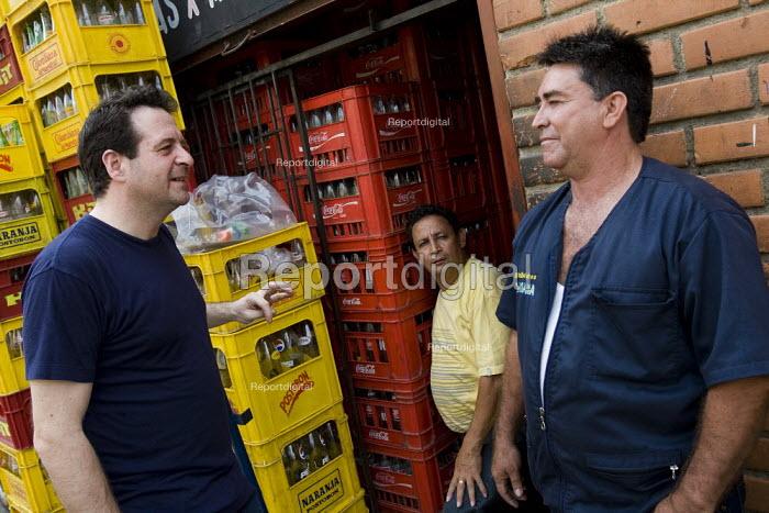 Mark Thomas interviews a Coca Cola workers. Buchramanga, Colombia. - Jess Hurd - 2008-02-11