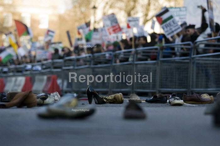 Demonstrators throw shoes at Downing Street. Stop the Bombing: Free Palestine. National Demonstration. London. - Jess Hurd - 2009-01-03