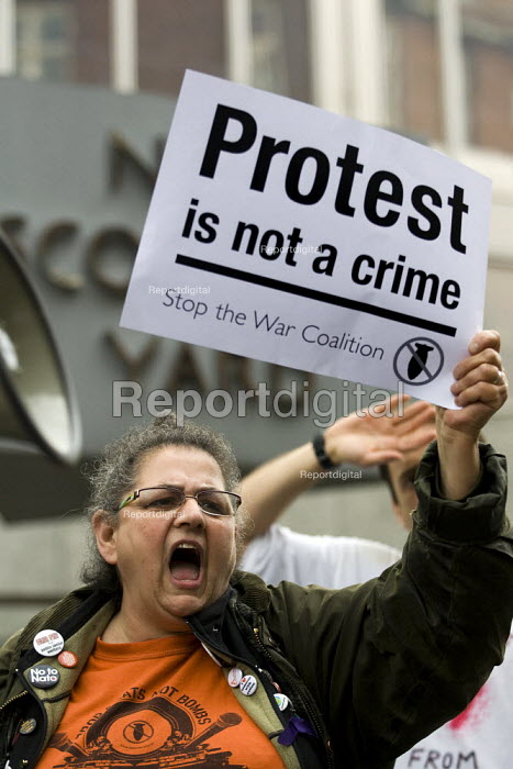 Carole Vincent on a demonstration against police brutality outside New Scotland Yard following the death of Ian Tomlinson after being assaulted by a police officer at a G20 demonstration. London. - Jess Hurd - 2009-04-16