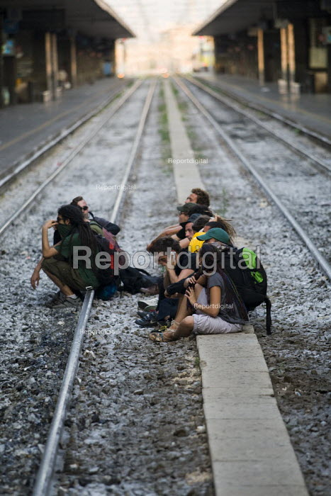 G8 protestors occupy the tracks at Termini Station. Anti G8 protests, Rome. Italy. - Jess Hurd - 2009-07-07