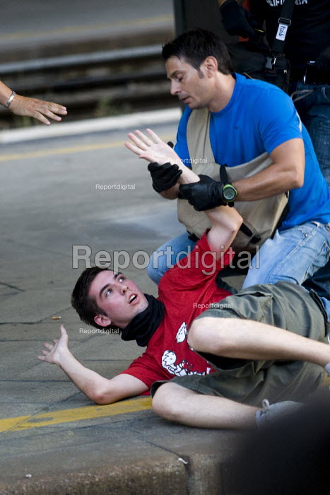 Protester is arrested by undercover police after G8 protestors occupy the tracks at Termini Station. Anti G8 protestors occupy the tracks at Termini Station. Anti G8 protests, Rome. Italy. - Jess Hurd - 2009-07-07