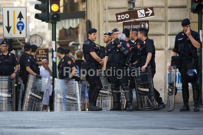 Police lines, G8 protests, Rome. Italy. - Jess Hurd - 2009-07-07