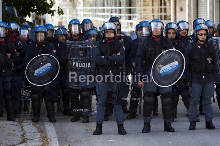 Riot police. G8 anti G8 Summit demonstration in LAquila. Italy. - Jess Hurd - 2009-07-10