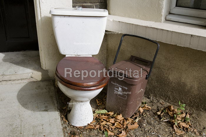 Toilet and recycle bin outside an East London house. - Jess Hurd - 2009-08-27