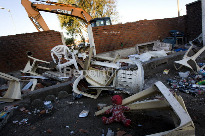 A house squatted by Eritrian refugees is destroyed. France. - Jess Hurd - 2009-10-15