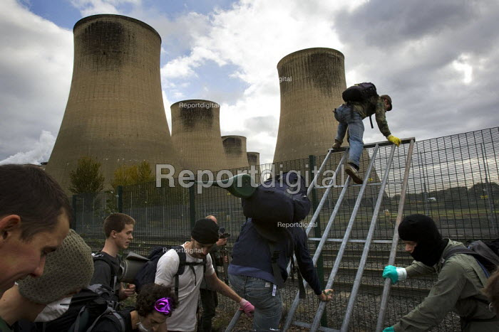 Climbing over the perimeter fence. Climate Camp Swoop at the E.ON coal fired power station, Ratcliffe on Soar, Nottingham. - Jess Hurd - 2009-10-17