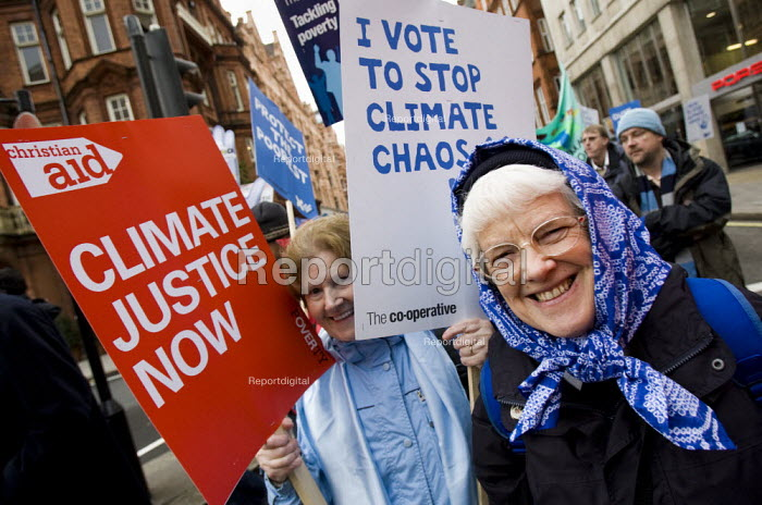 The Wave - the UK biggest ever demonstration in support of action on climate change. Ahead of the UN climate summit in Copenhagen Stop Climate Chaos Coalition calls on world leaders to take urgent action to secure a fair international deal to stop global warming. London. - Jess Hurd - 2009-12-05